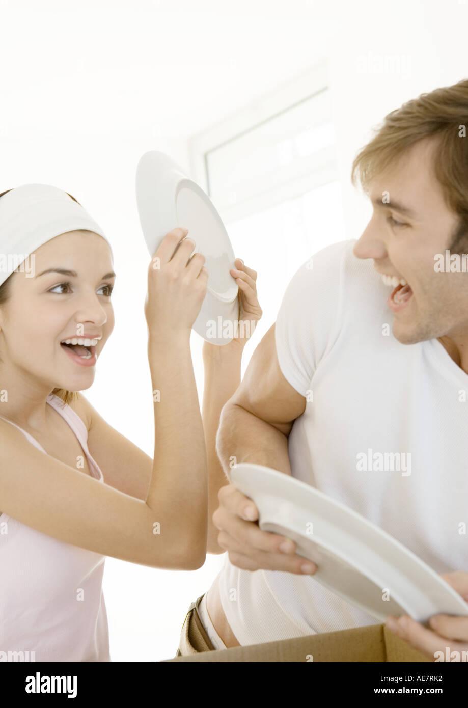 Couple playing autour comme ils déballer fort Photo Stock