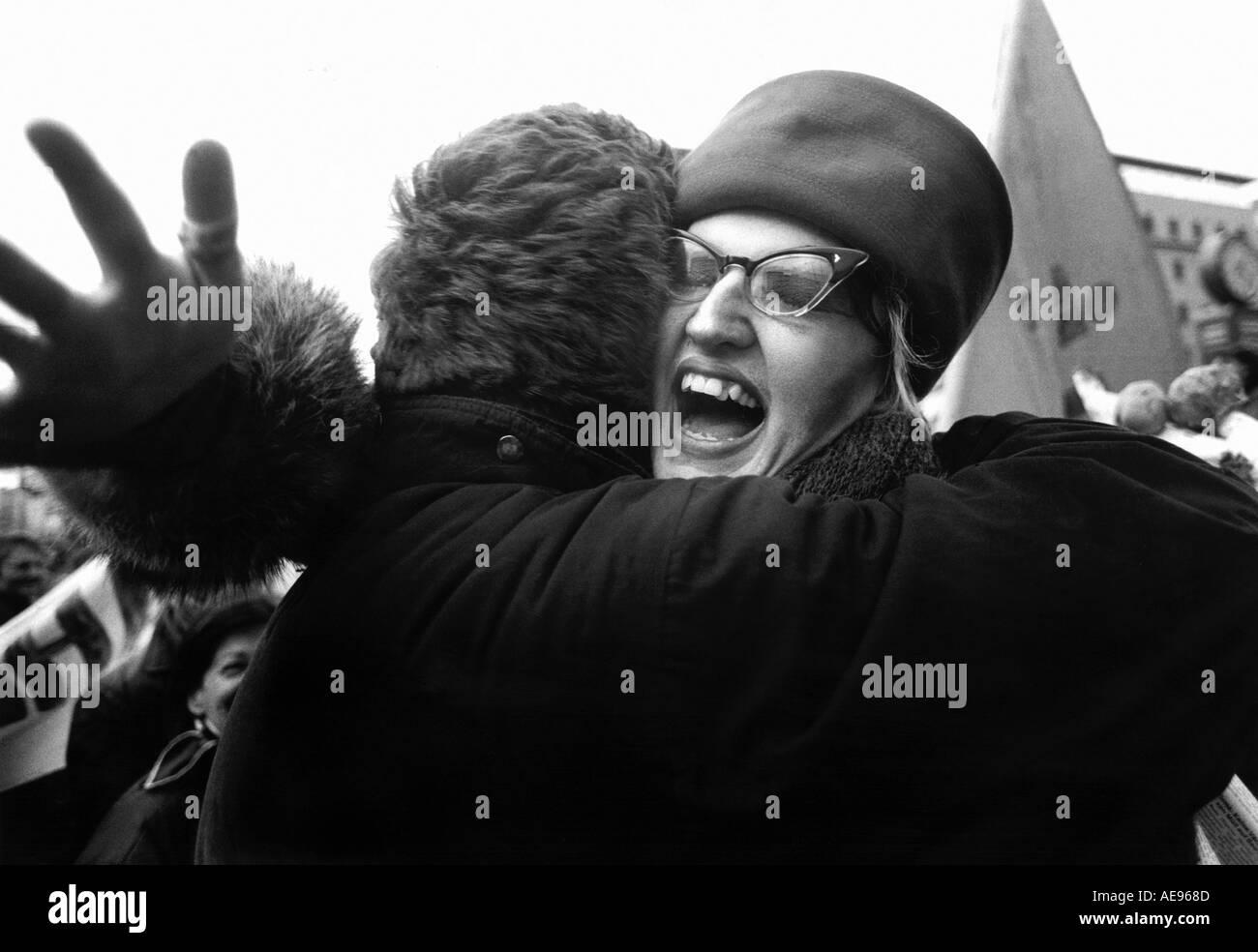 Berlin Allemagne - collègues berlinois embrasser lors d'une manifestation près du mur de Berlin Novembre 1989 Photo Stock