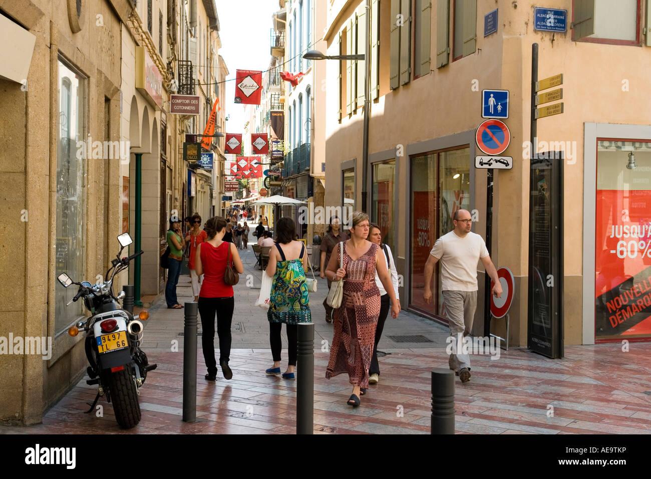 Clients dans la rue Mailly ville de Perpignan Languedoc Roussillon France Europe Photo Stock