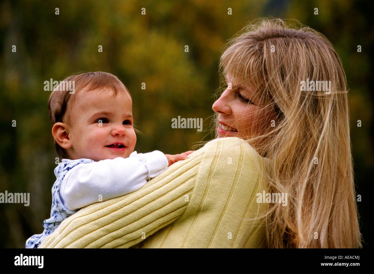 Une mère et son bébé âgé d'un an M. Photo Stock