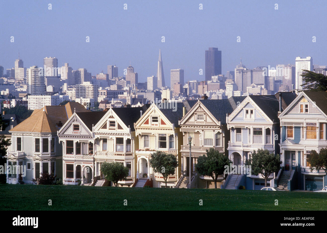 Rangee De Maisons Victoriennes En Premier Plan Avec La Ville De San Francisco En Arriere Plan Photo Stock Alamy