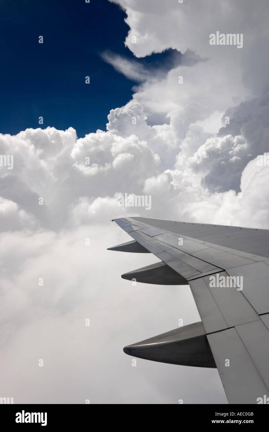 Aile d'avion d'entrer dans les nuages. Aile d'avion de ligne pénétrant dans les nuages. Photo Stock