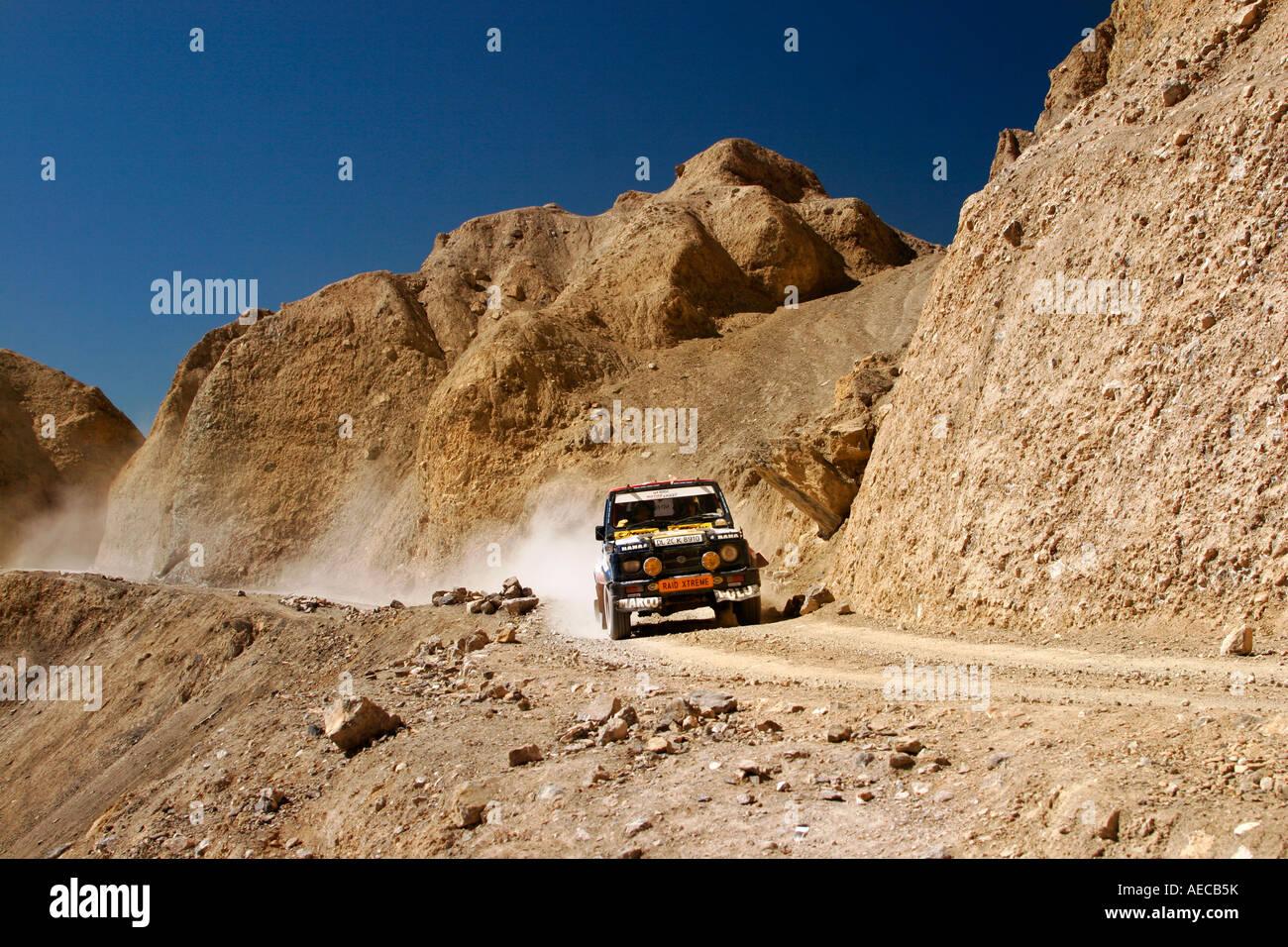 Les tsiganes maruti course sur la route isolée à kaza de losar lors de raid himalaya