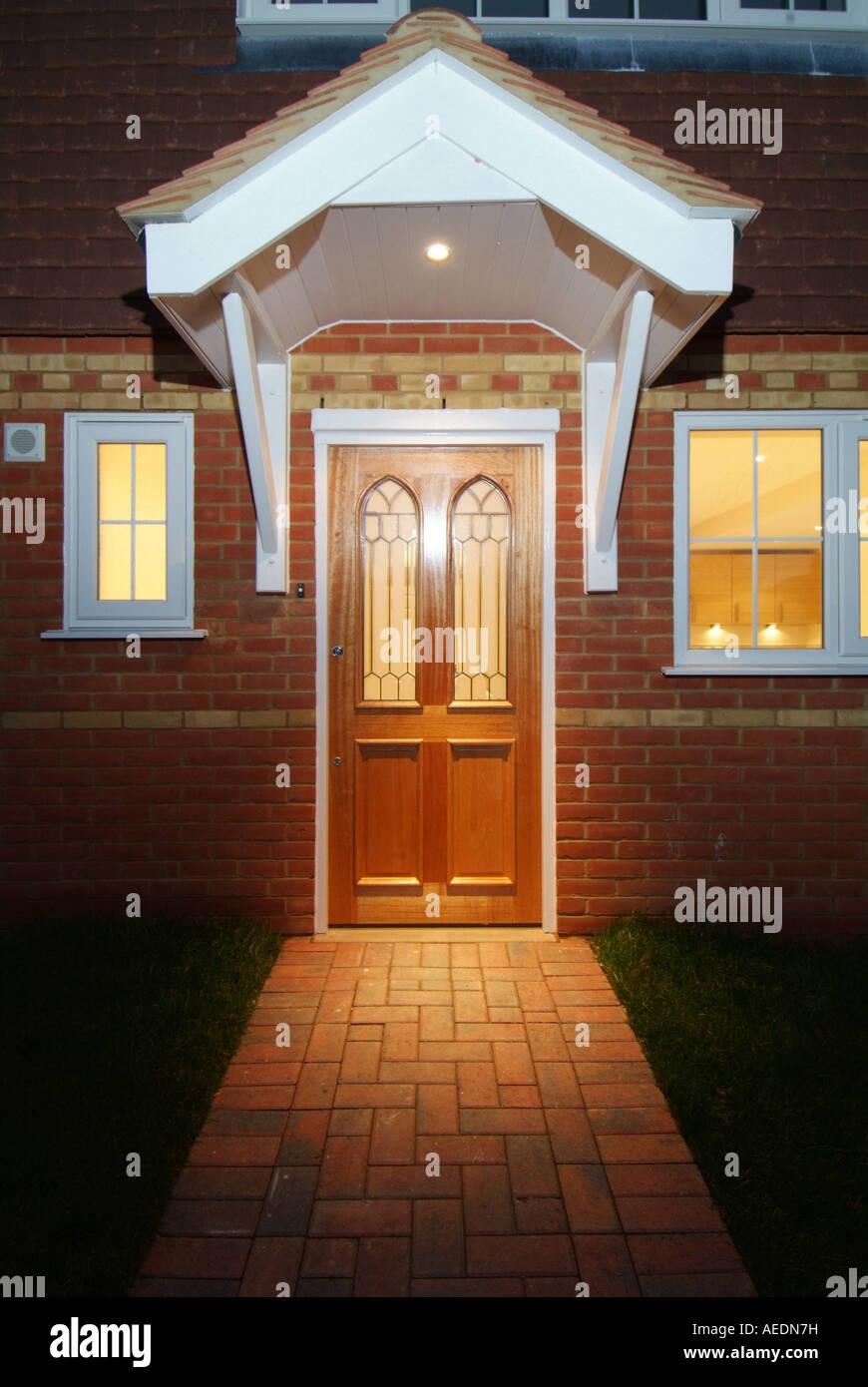 Le Porche D Une Maison une porte d'entrée et le porche d'une maison neuve à la nuit banque