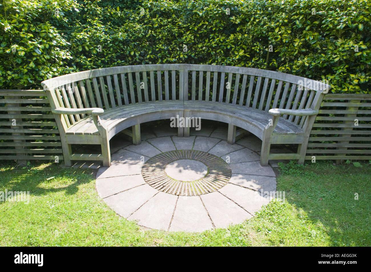 Semi Circulaire En Bois Banc De Jardin En Jardin Uk Banque Dimages