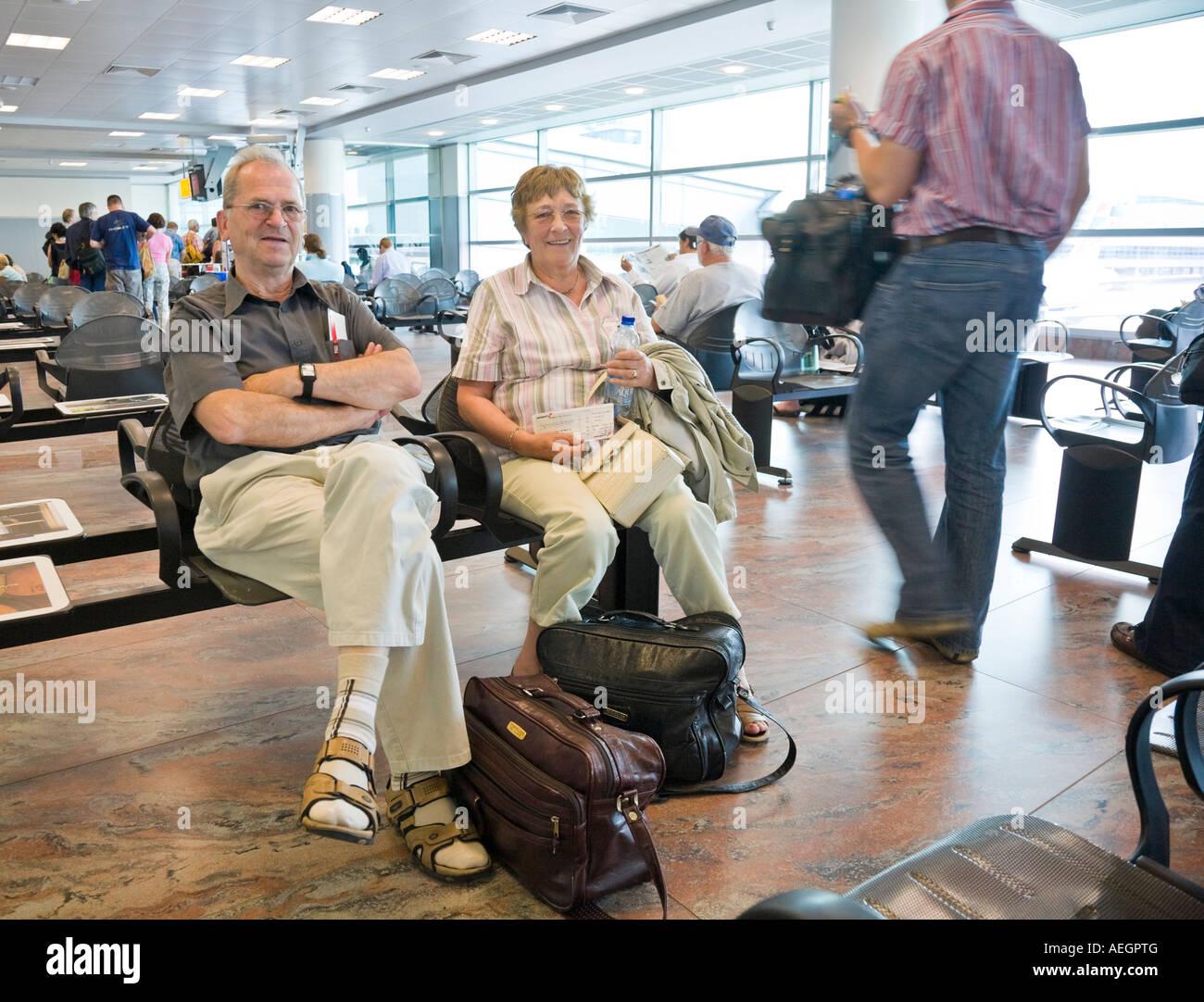 Un couple de personnes âgées en attente de départ sur l'Aéroport International de Ruzyne Photo Stock