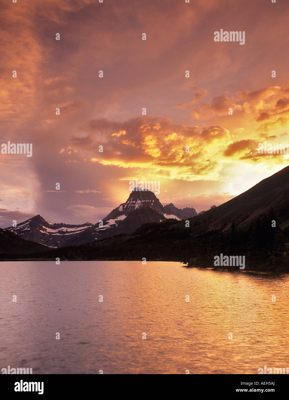 Coucher du soleil sur le lac Swiftcurrent avec Mont Wilbur le Glacier National Park du Montana Photo Stock