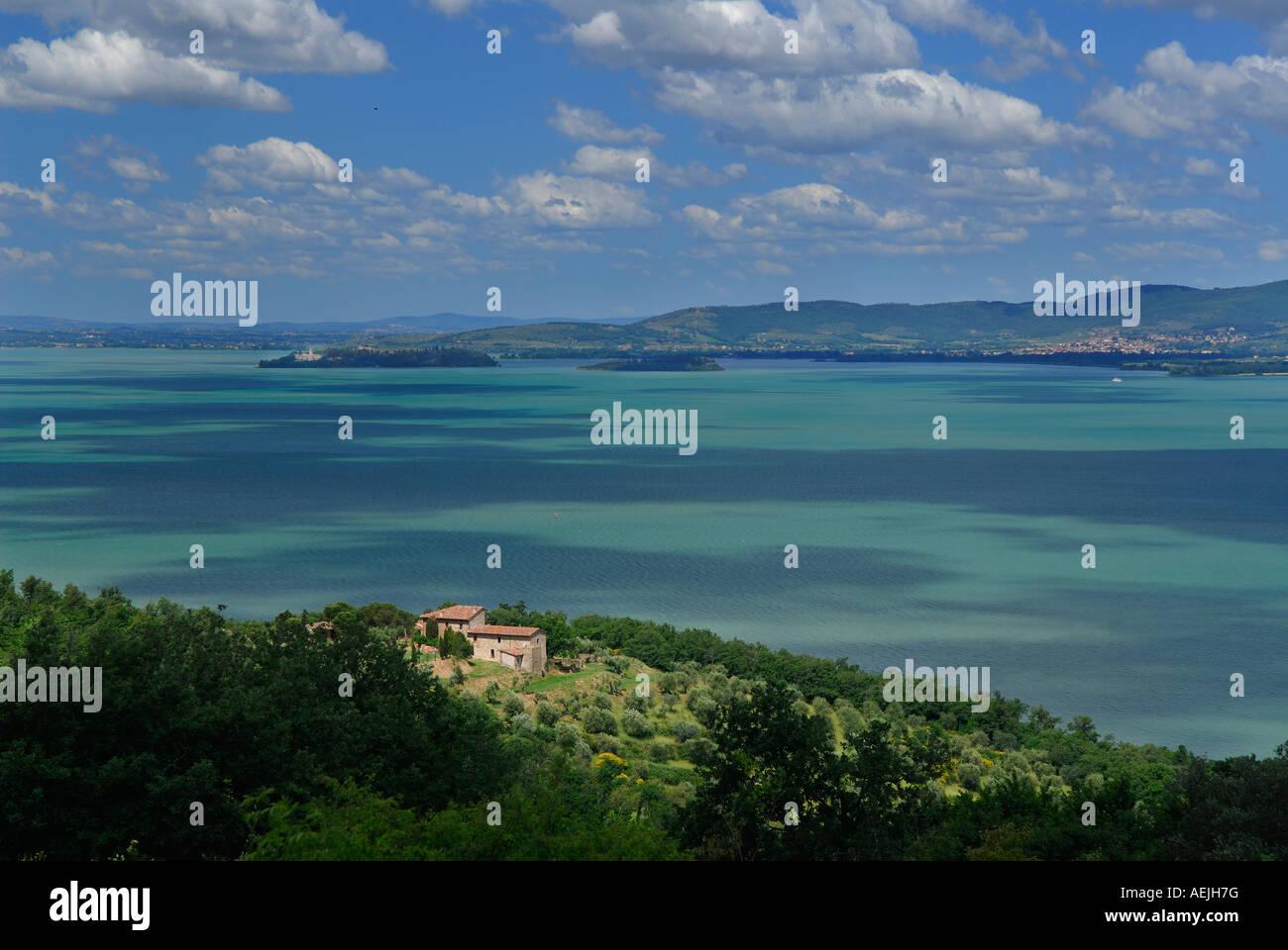 Abondoned ferme surplombant le Lac Trasimène Maggiore Island villa Château Guglielmi et Minore Island Saint Michel Banque D'Images