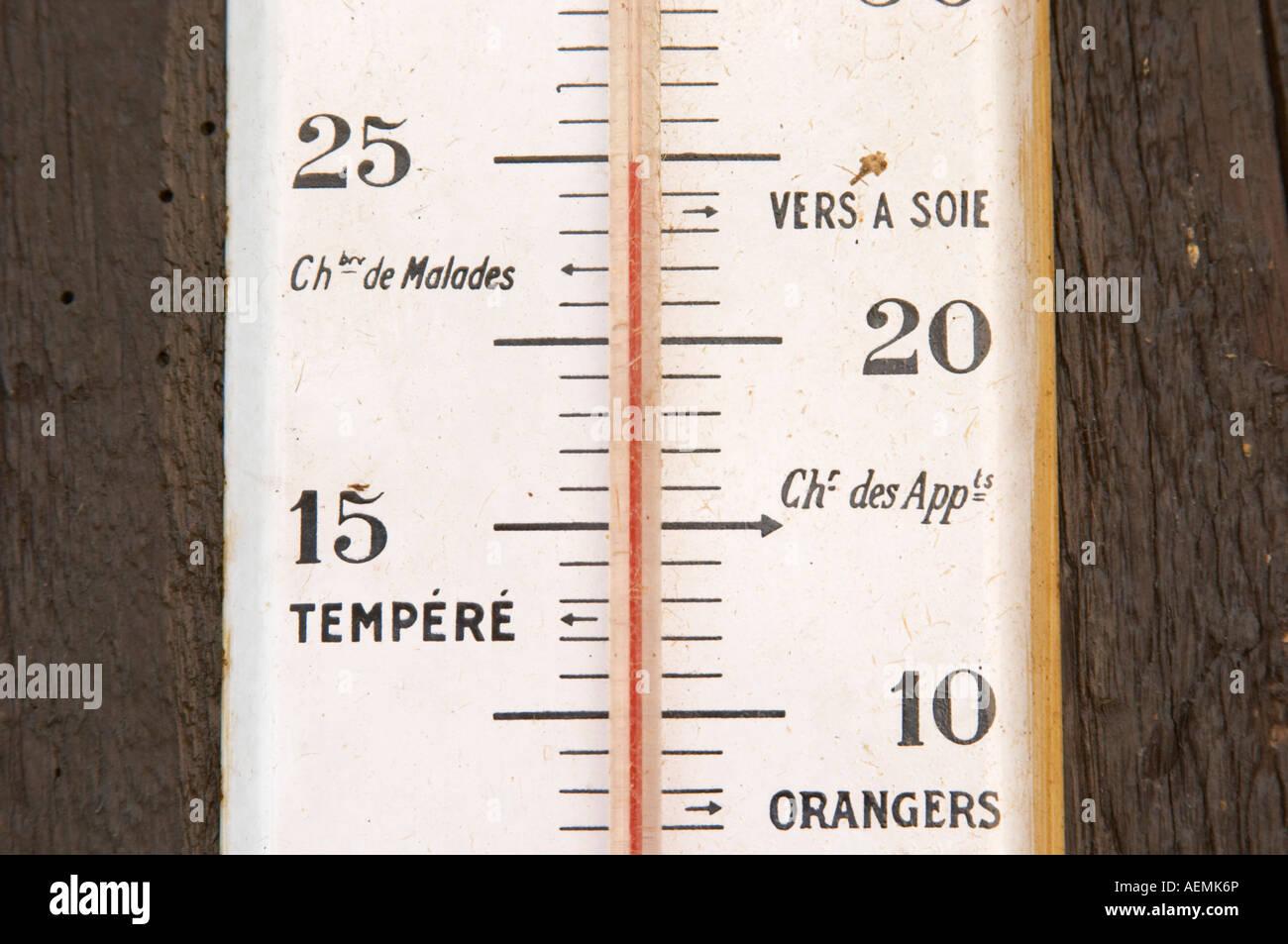 Ancien thermomètre sur le mur. Marqués avec Sik prix, des vers à soie, la température de la pièce. Dom Marc Kreydenweiss, Banque D'Images