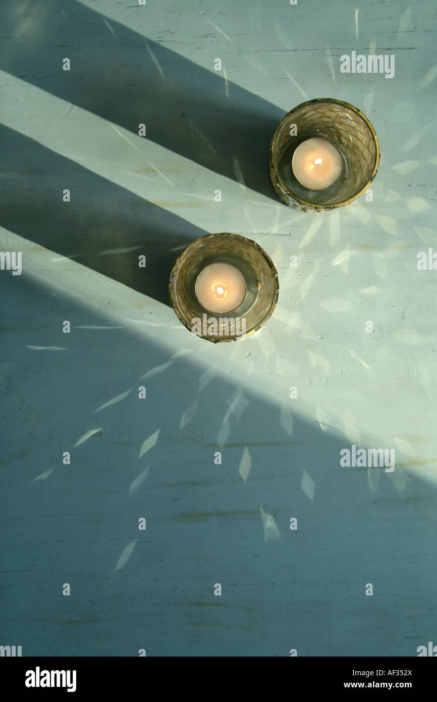 Deux bougies à la lumière de la création d'un motif décoratif Photo Stock