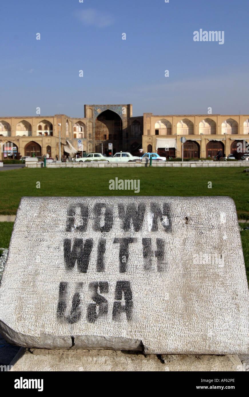 En graffiti anti USA dans le Khomeiny Square (la place Naghsh-e Jahan) dans la ville iranienne d'Ispahan, novembre 2004. Photo Stock