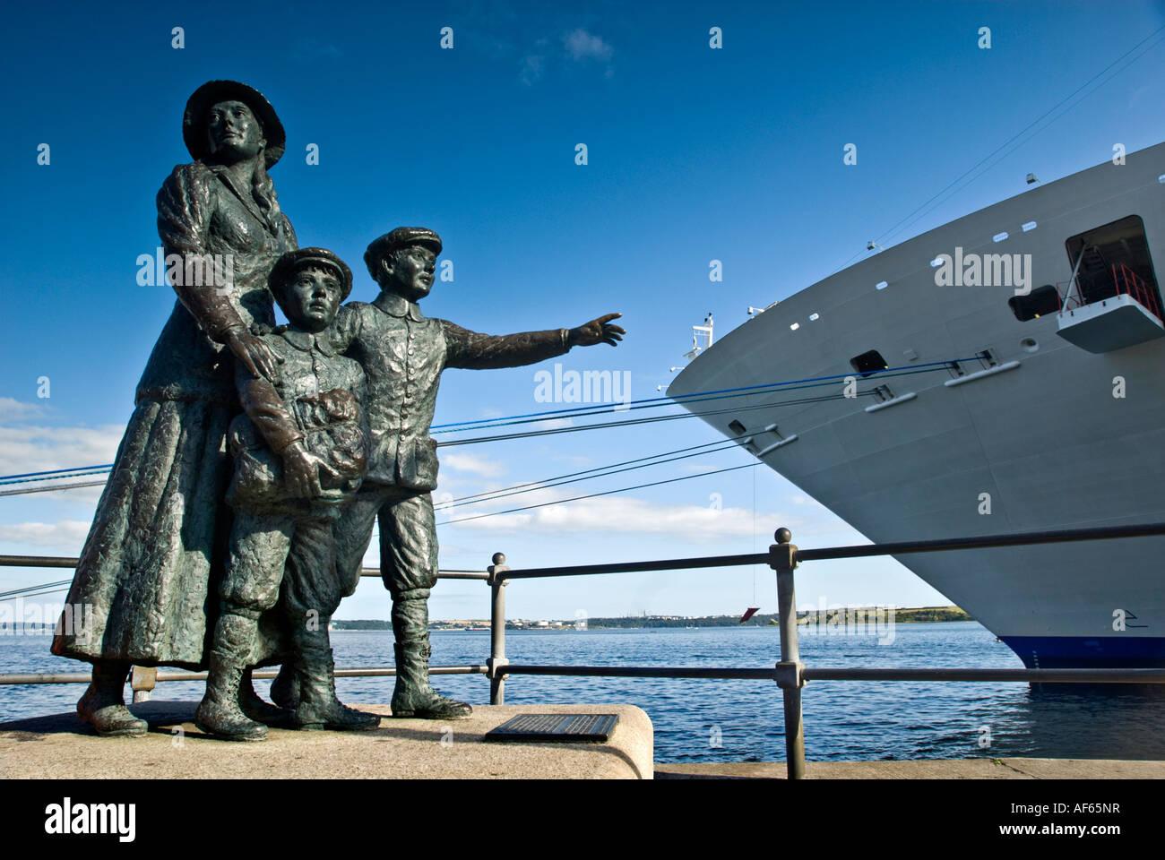 La statue d'Annie Moore sculptée par Jeanne Rynhart à Cove ( Cobh ) port en République d'Irlande. Banque D'Images