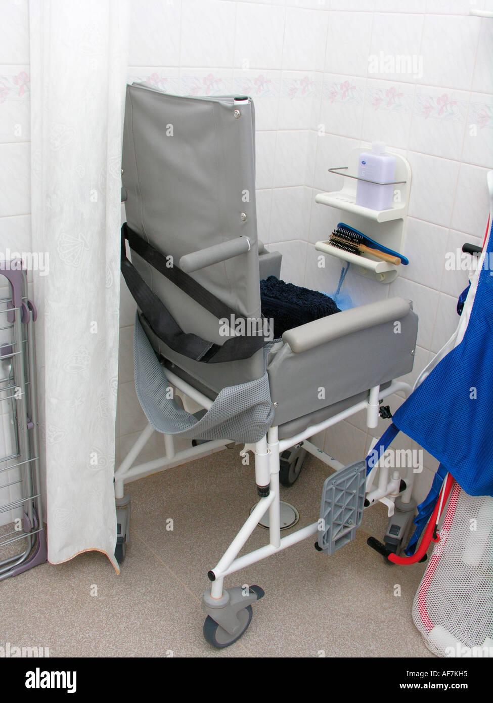 Salle de bains équipées de matériel spécialisé handicap pour un