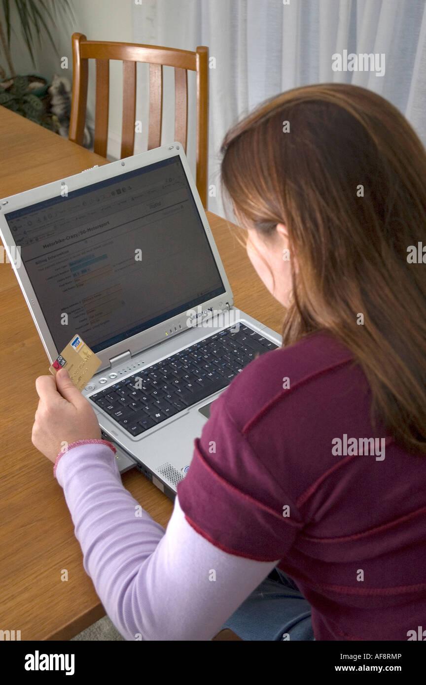 Femme de payer par carte de crédit pour acheter en ligne Internet Shopping Banque D'Images