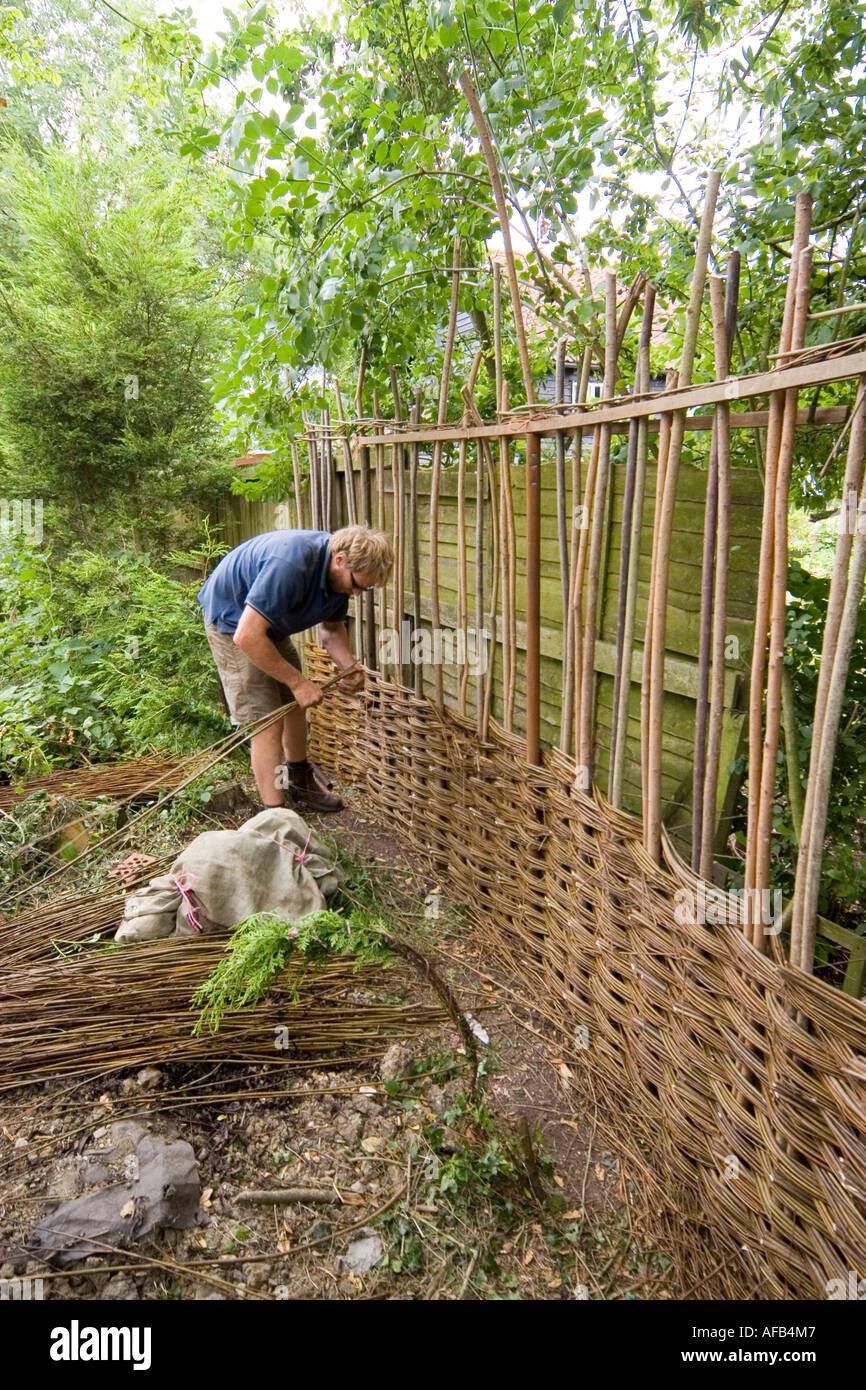 L\'édification d\'une clôture de jardin osier Banque D\'Images ...