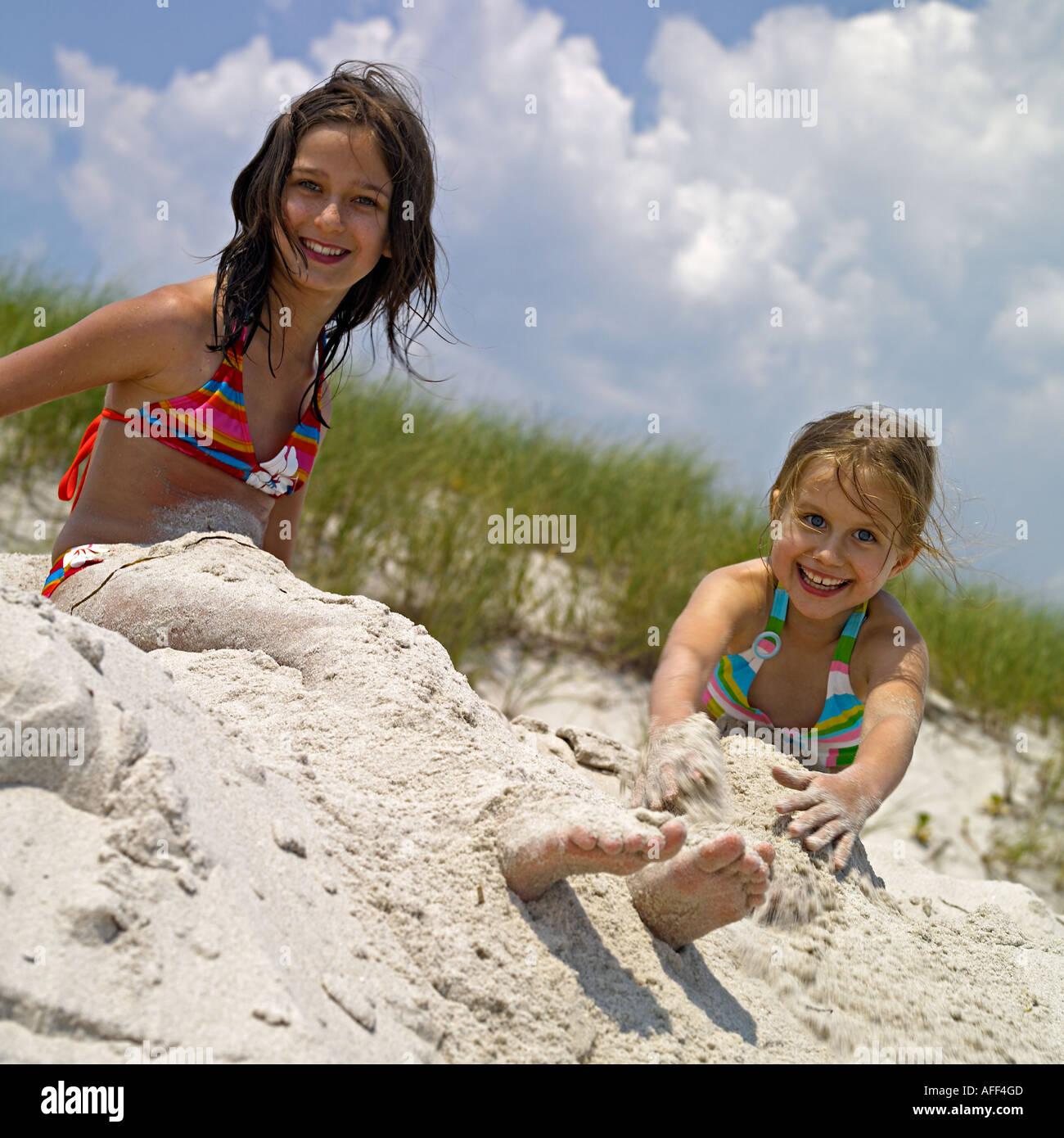 Jeune fille de 12 ans sur la plage de Photo Stock - Alamy