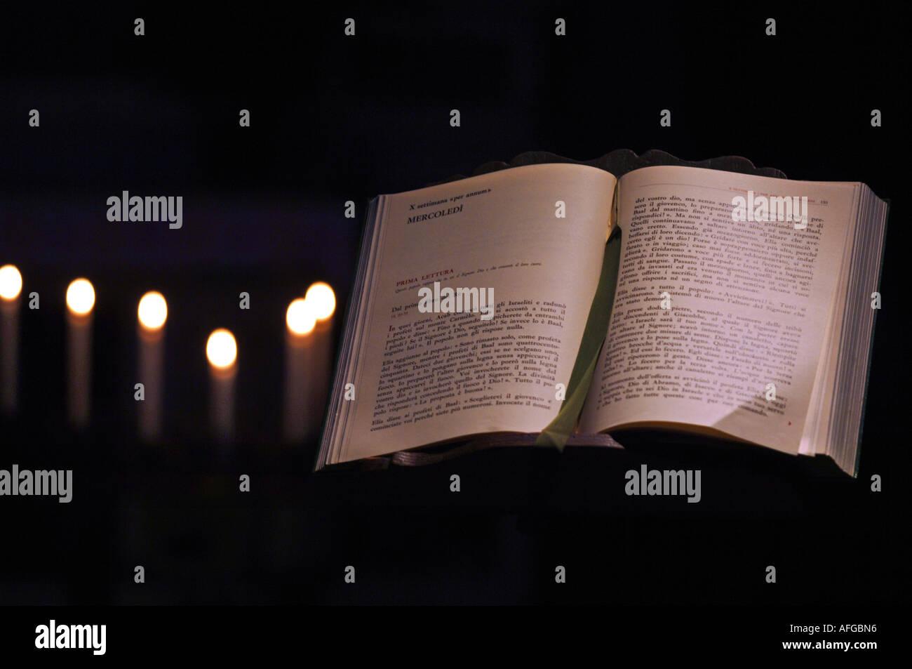 La Sainte Bible et des bougies Banque D'Images
