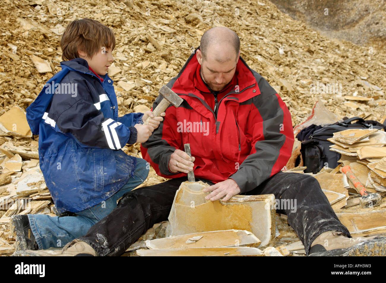 Eichstaett Eichstaett dans l'Altmuehltal Altmuehltal Haute-bavière Allemagne famille recueille et recherche de fossiles dans le Photo Stock
