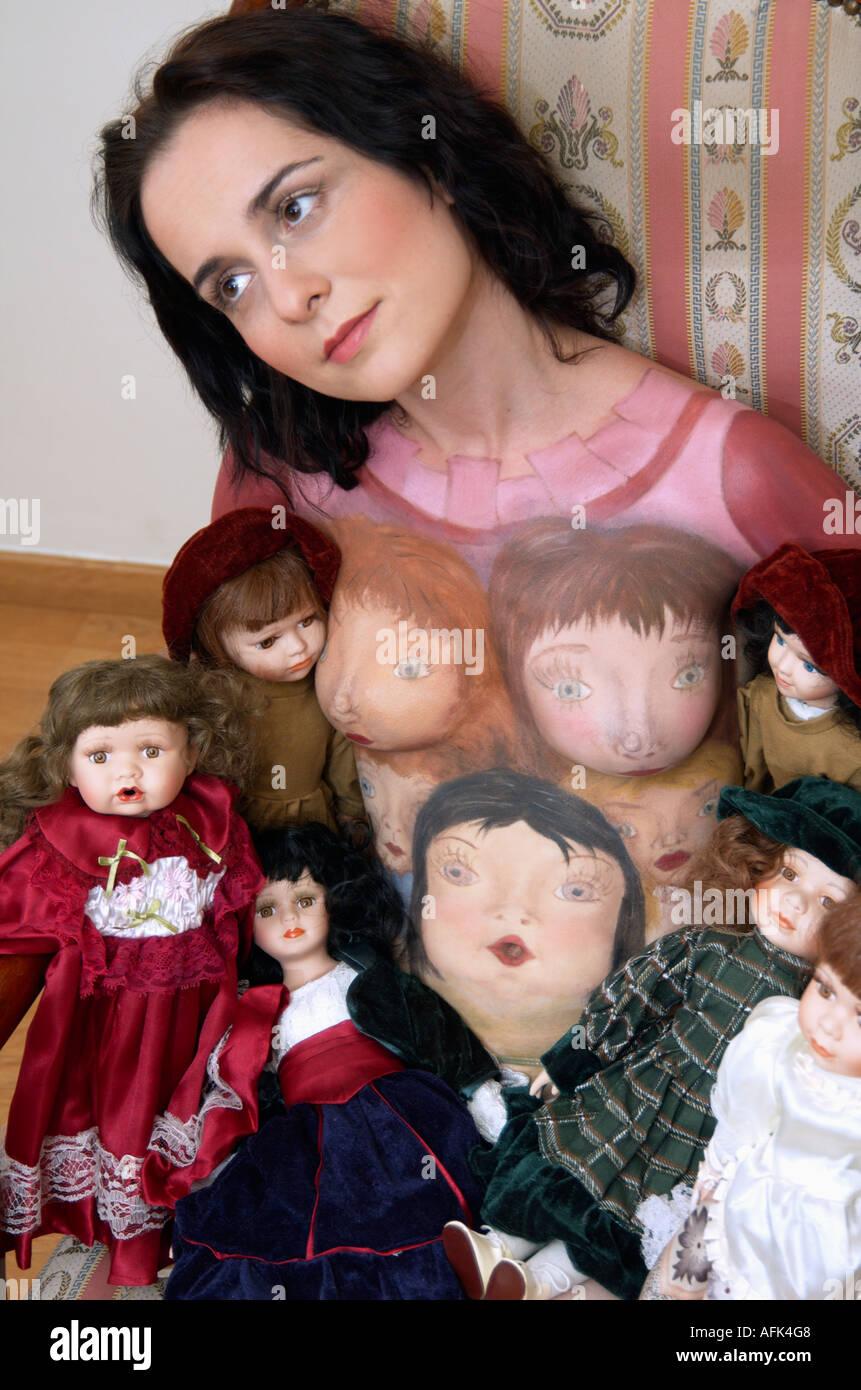 Body Art modèle féminin avec des poupées en porcelaine Photo Stock