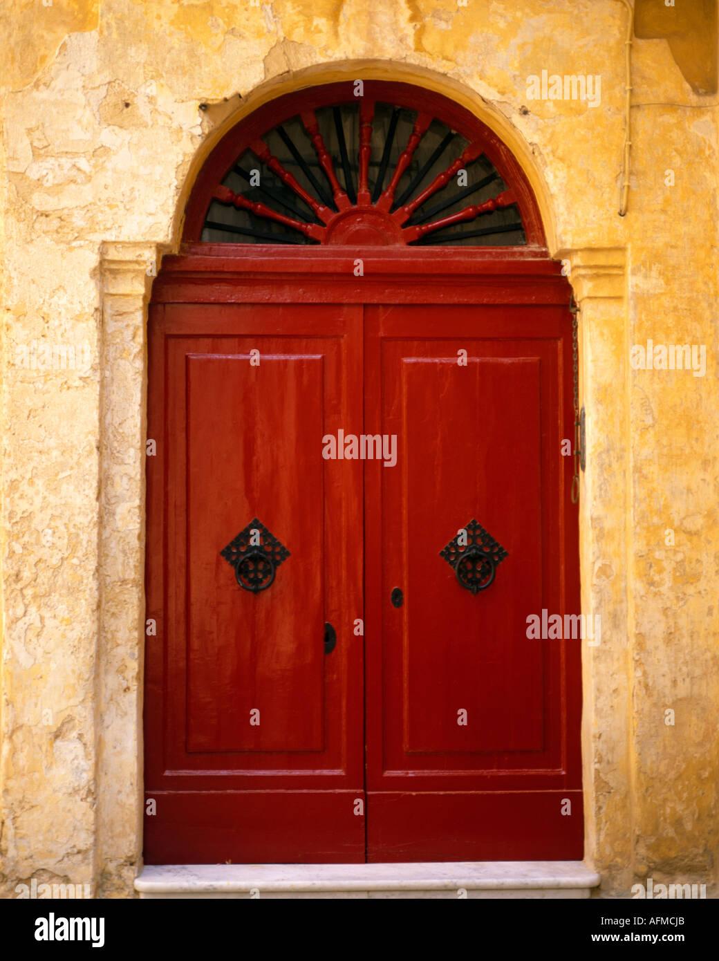 MT - MDINA: Rouge porte dans la vieille ville historique Photo Stock