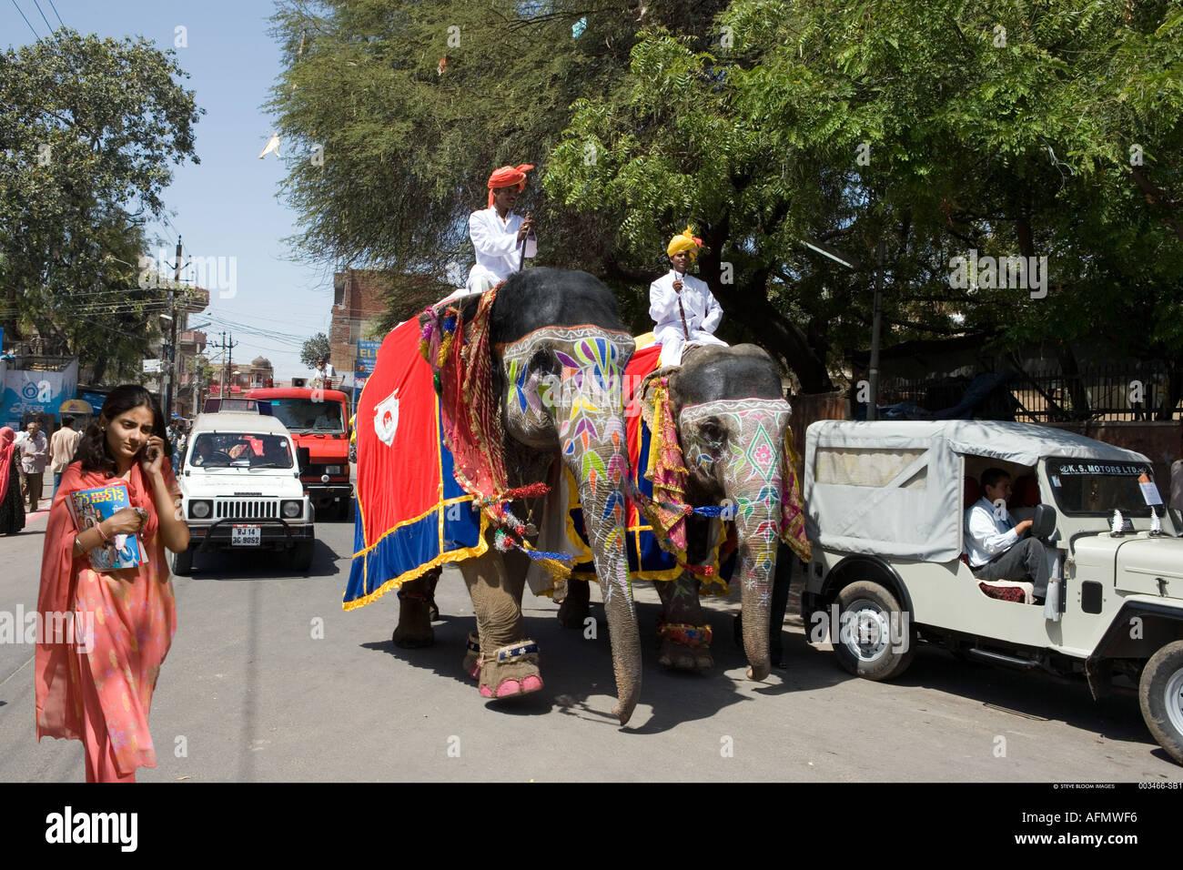 Les éléphants décorés pour le festival se déplaçant dans les rues de l'Inde Jaipur Banque D'Images