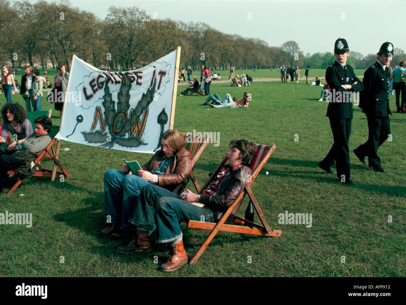 La POLICE ET LES PROTESTATAIRES AVEC GRANDE BANDEROLE PROCLAMANT LÉGALISER MAINTENANT AU LÉGALISER DÉMO POT HYDE PARK LONDRES 1979 HOMER SYKES Photo Stock