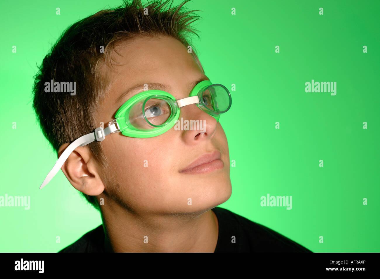 Portrait of a Boy wearing green lunettes de natation Banque D'Images