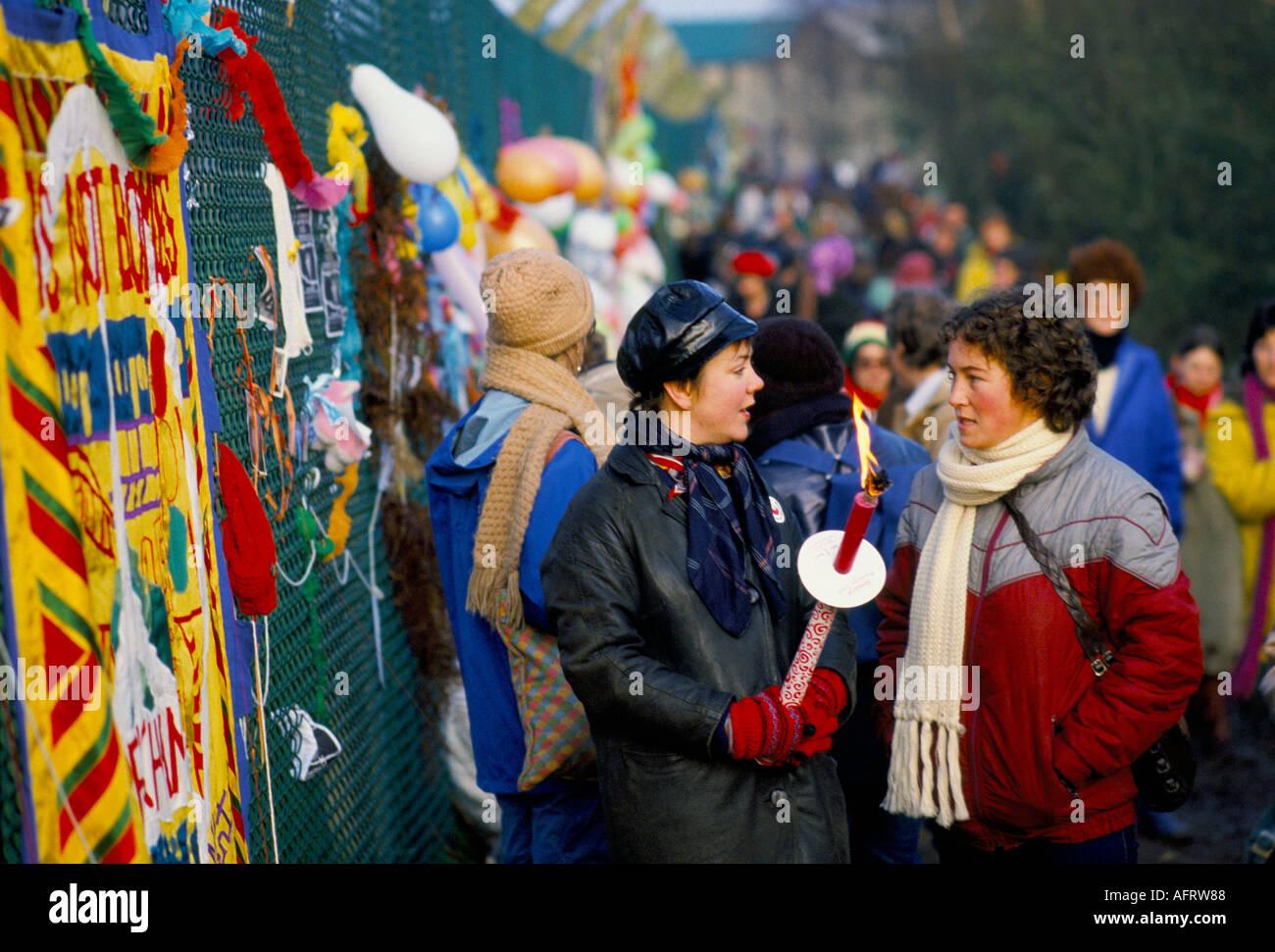 Les manifestants de la paix femmes clôture périphérique, Greenham Common Berkshire en Angleterre. 1982 ou 1983 HOMER SYKES Photo Stock