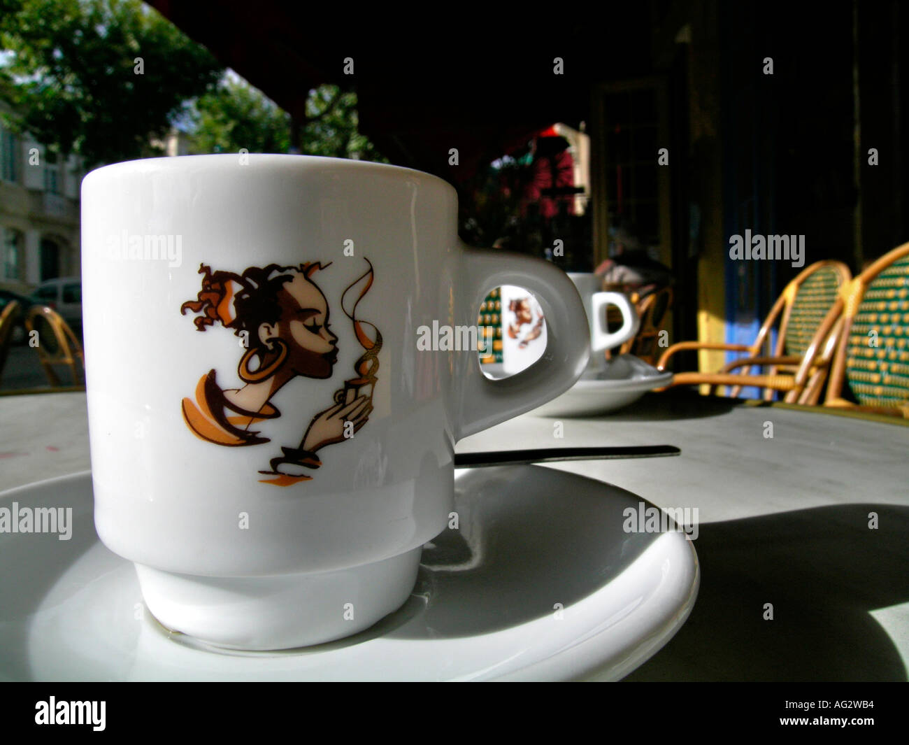 Tasse de café expresso expresso tasse sur une table d'un café en plein air bar en France Photo Stock