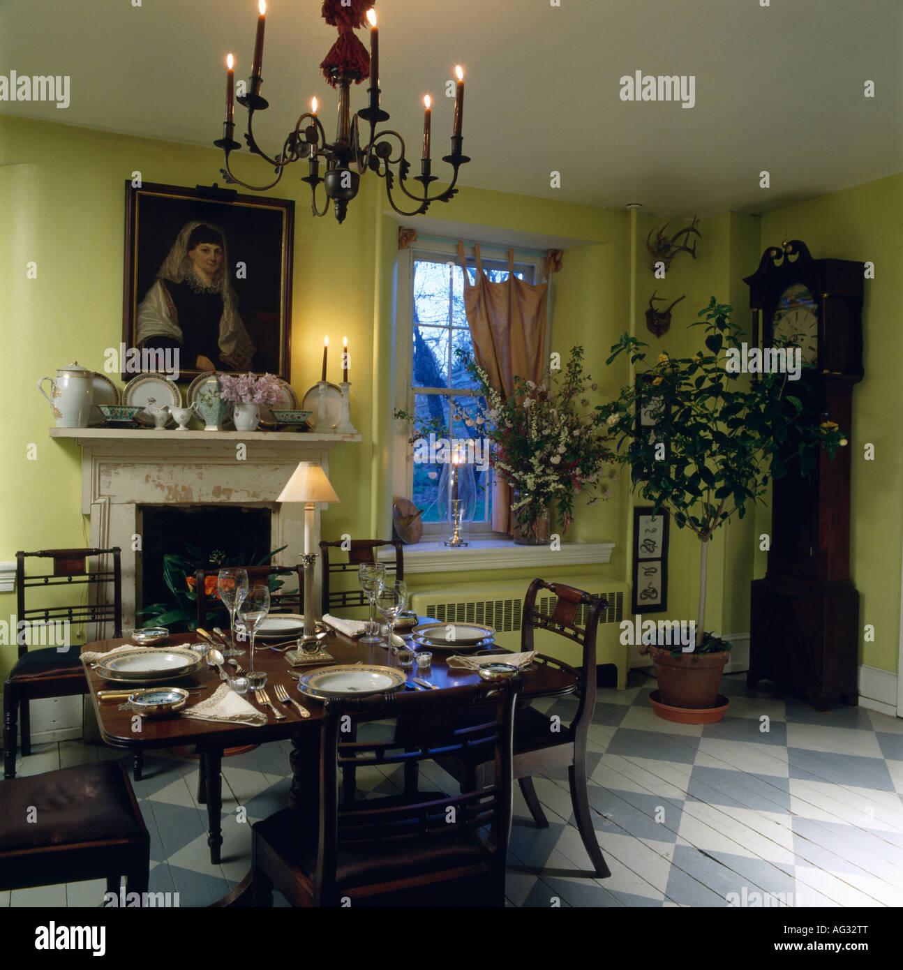 Antique Chandelier Table Et Chaises Vert Lime En Salle A Manger Avec