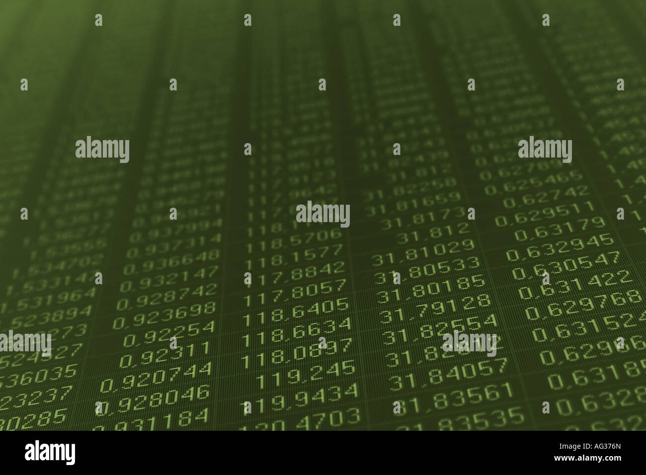 Des chiffres sur un écran d'ordinateur peint de couleur vert foncé Photo Stock