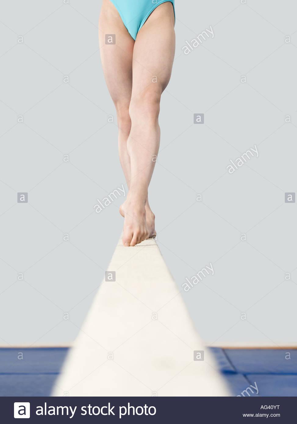 Les jambes de fille sur une balance Photo Stock