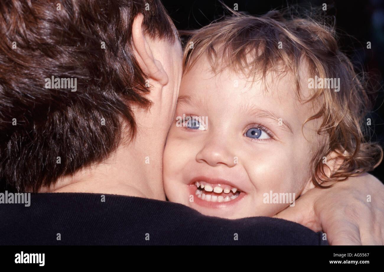 Sincères accolade entre la mère et l'enfant. Photo Stock