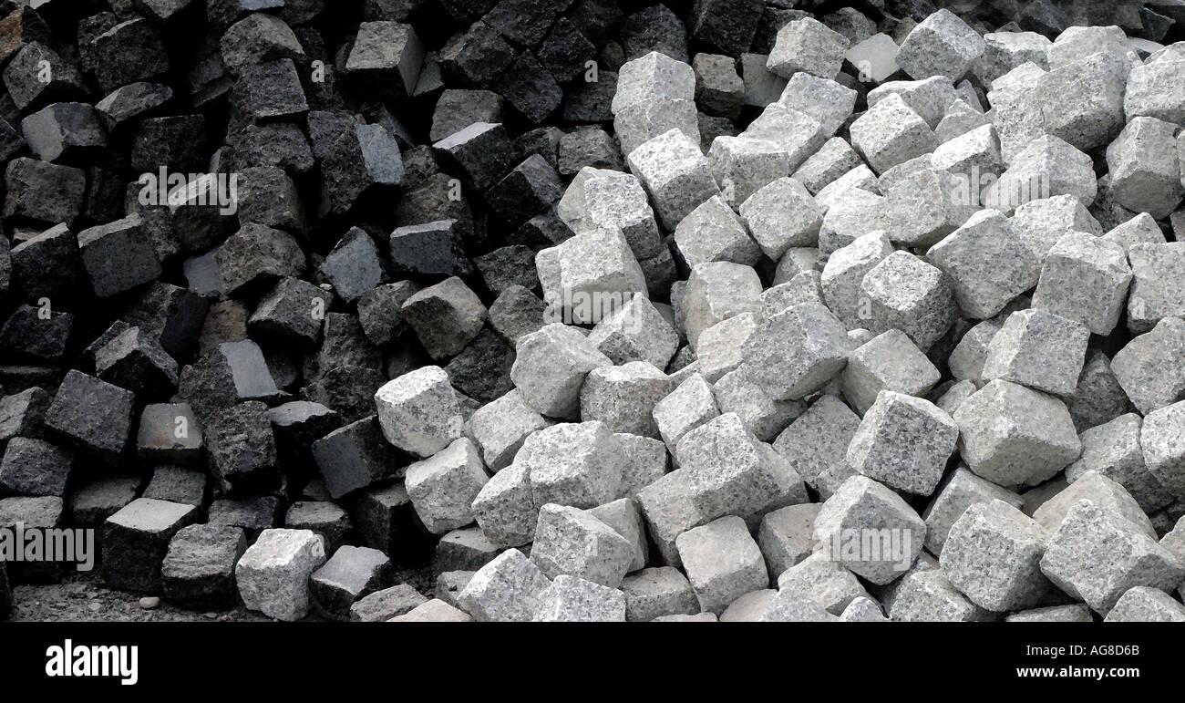 Des tas de pierres de cailloux blancs et noirs Photo Stock