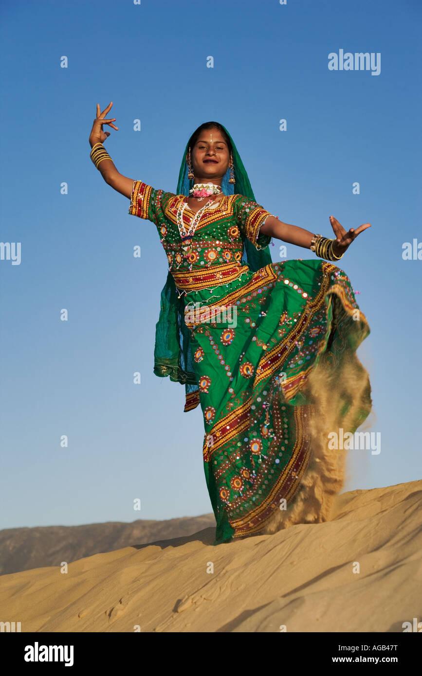 Les jeunes femmes indiennes en saris joliment décoré d'effectuer une danse traditionnelle du Rajasthan désert du Banque D'Images