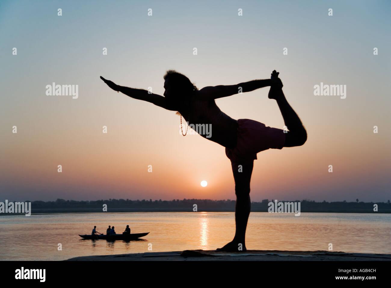 Célèbre yogi enseignant Dr Rakesh Yogi au lever du soleil sur le Gange Inde Banque D'Images