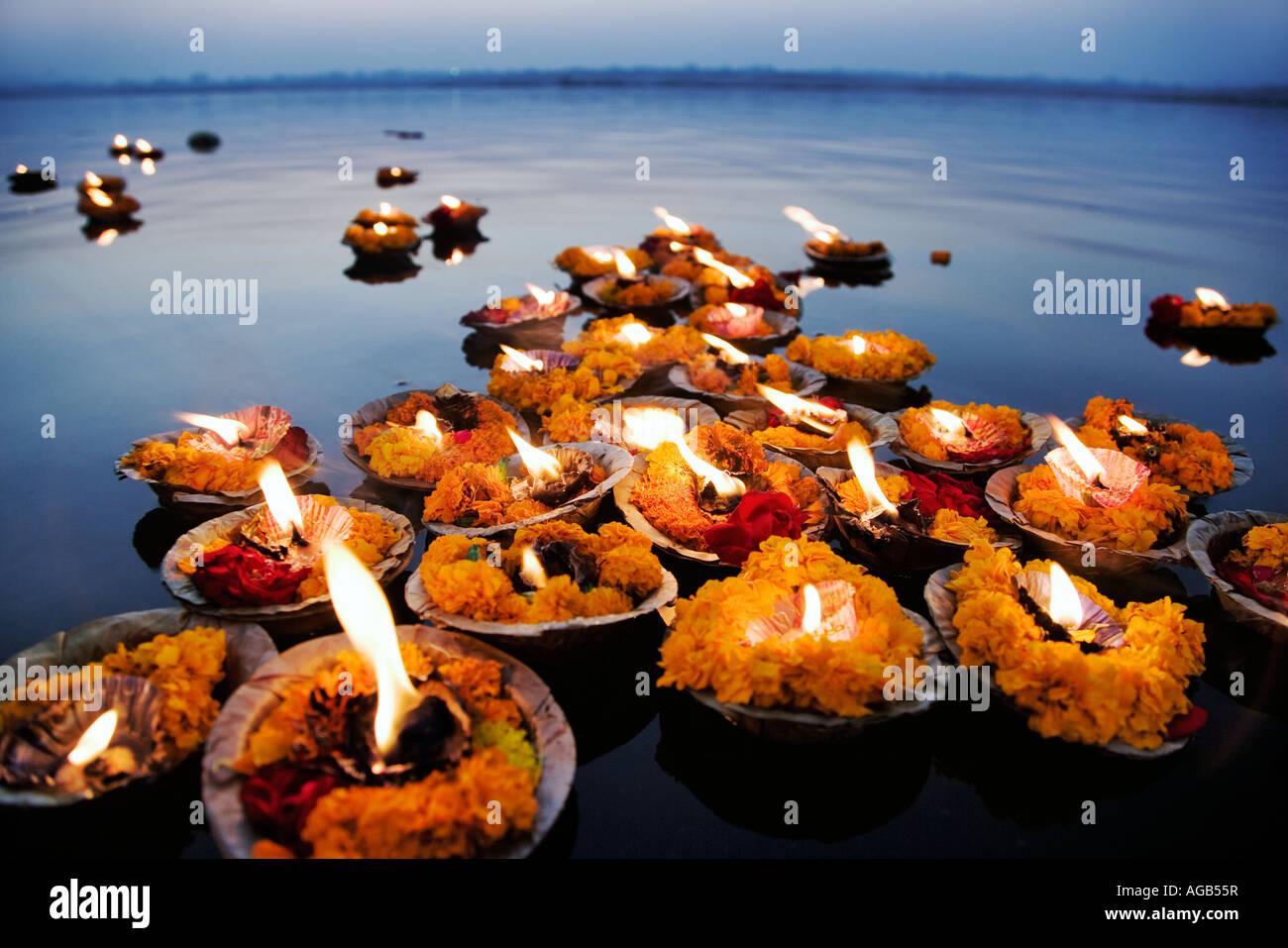 Deepak dans le Gange Le deepak ou lampes à huile sont utilisés comme une offrande pour le Gange Varanasi Inde Banque D'Images
