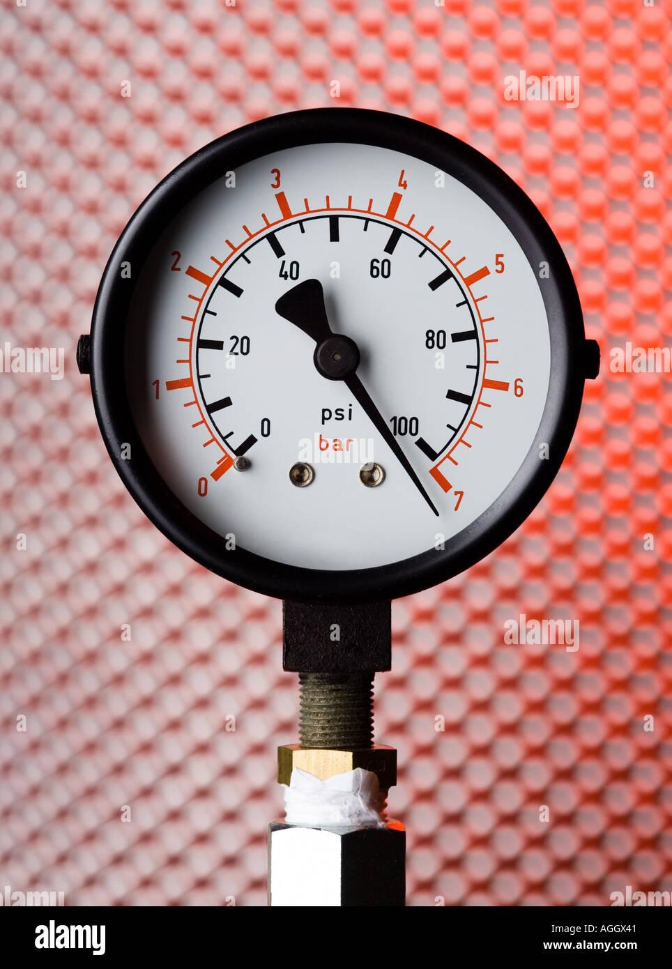 Un manomètre indiquant la pression élevée Photo Stock