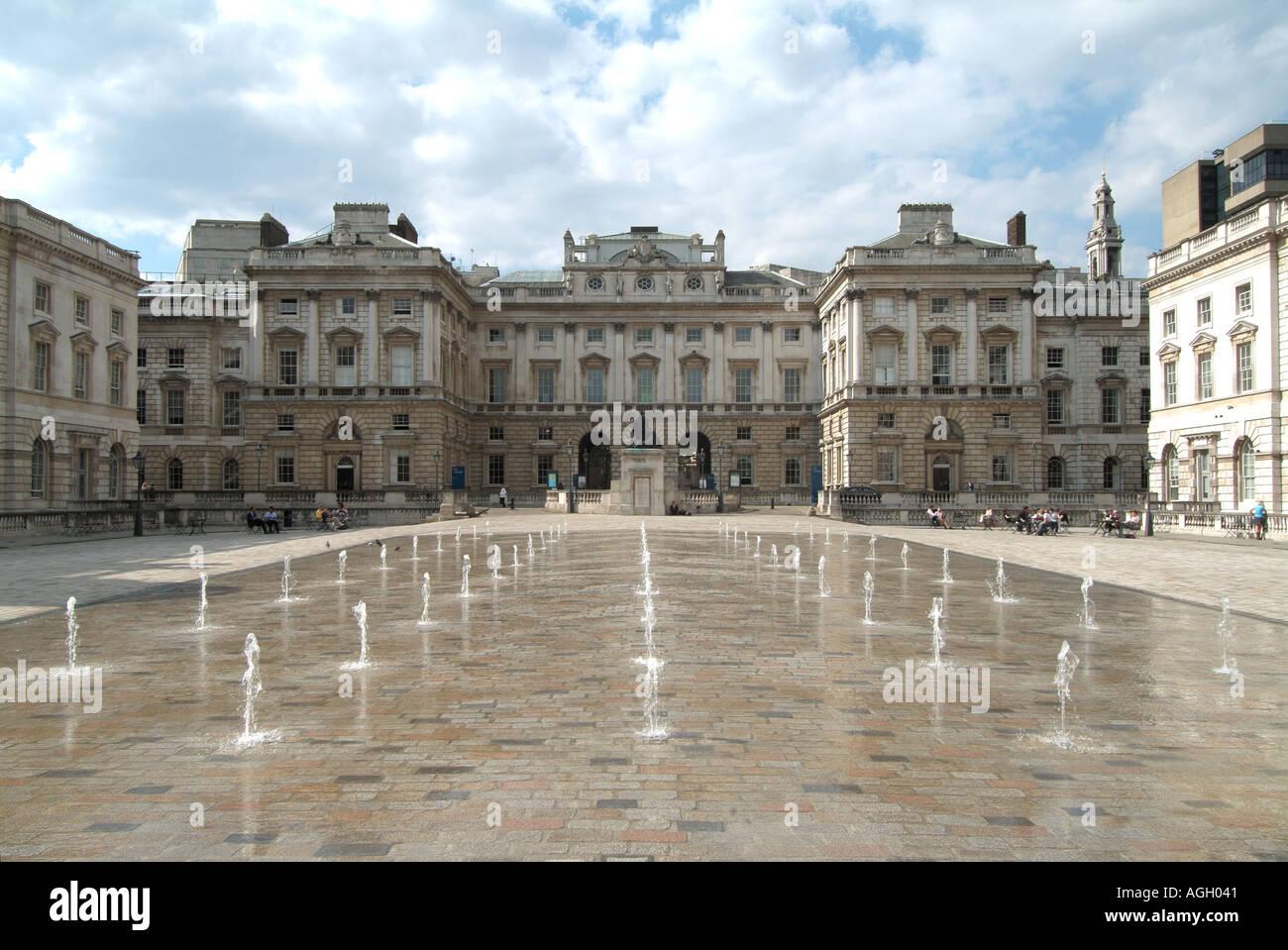 Les fontaines d'eau dans la cour de Somerset House, un bâtiment néoclassique dans le Strand Londres Photo Stock