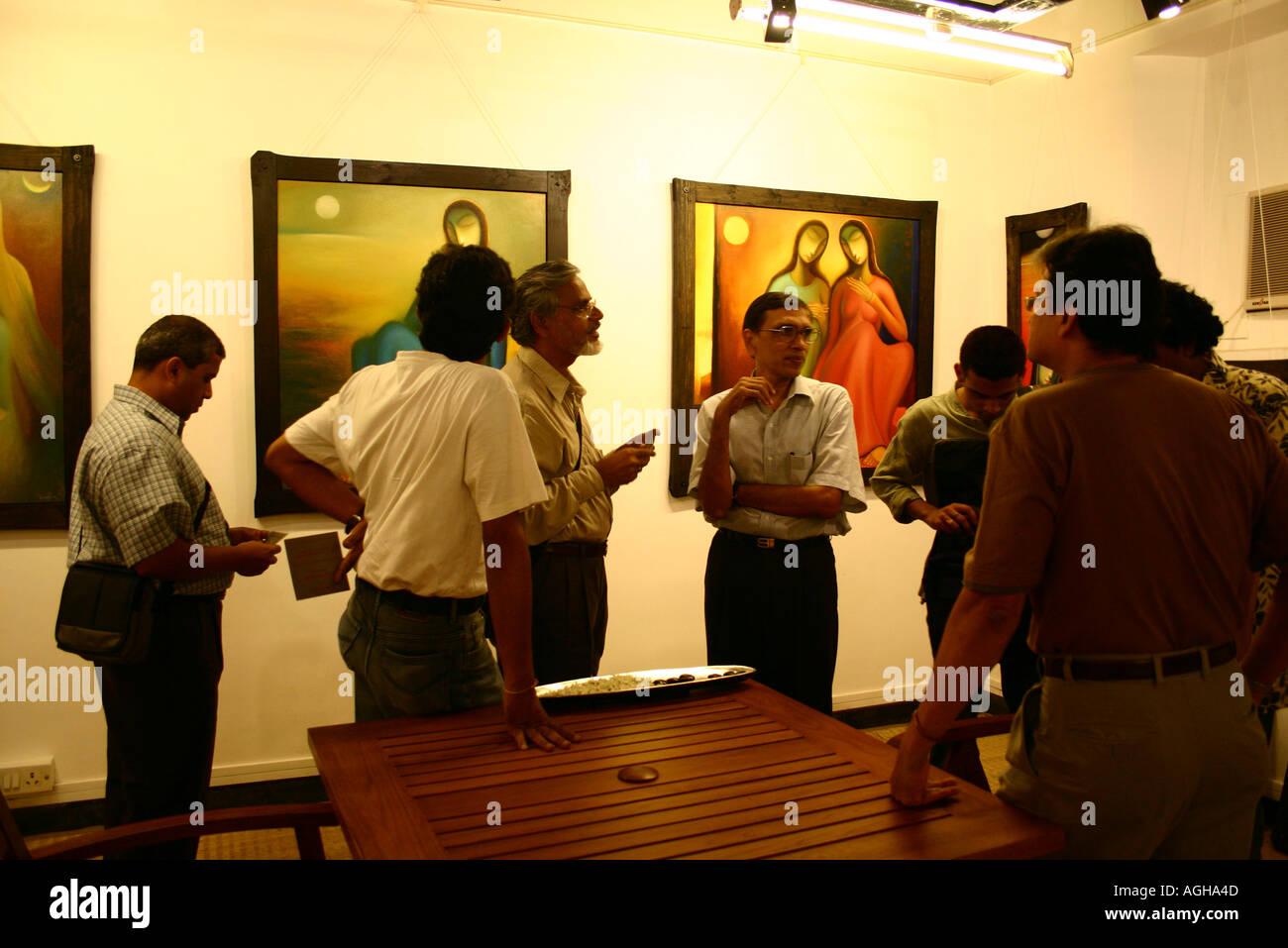 Dinodia RSC91172 photographes avec propriétaire fondateur Jagdish Agarwal mensuelle sur leur visite à pied à la galerie d'art Photo Stock