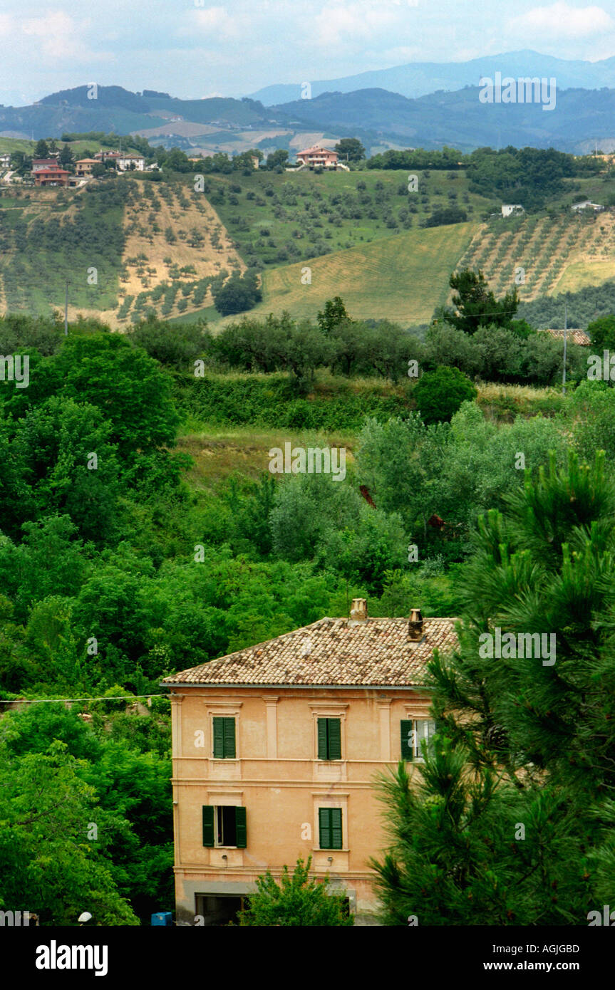 Acheter Une Maison En Italie Abruzzes une vue sur les fermes et les collines de l'italie, région