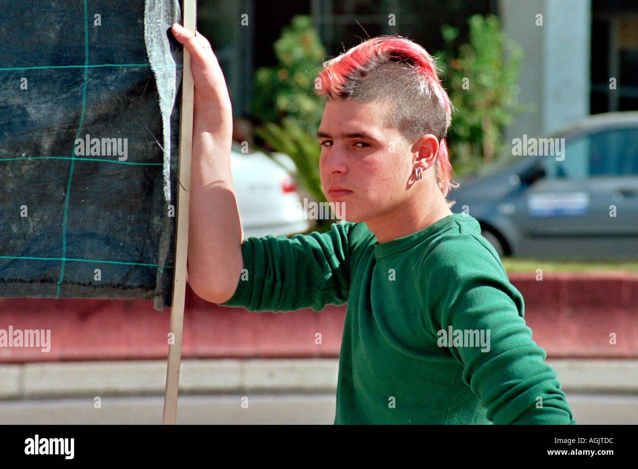 Coupe De Cheveux Punk Homme israël tel aviv un punk homme aux cheveux roses et une coupe de