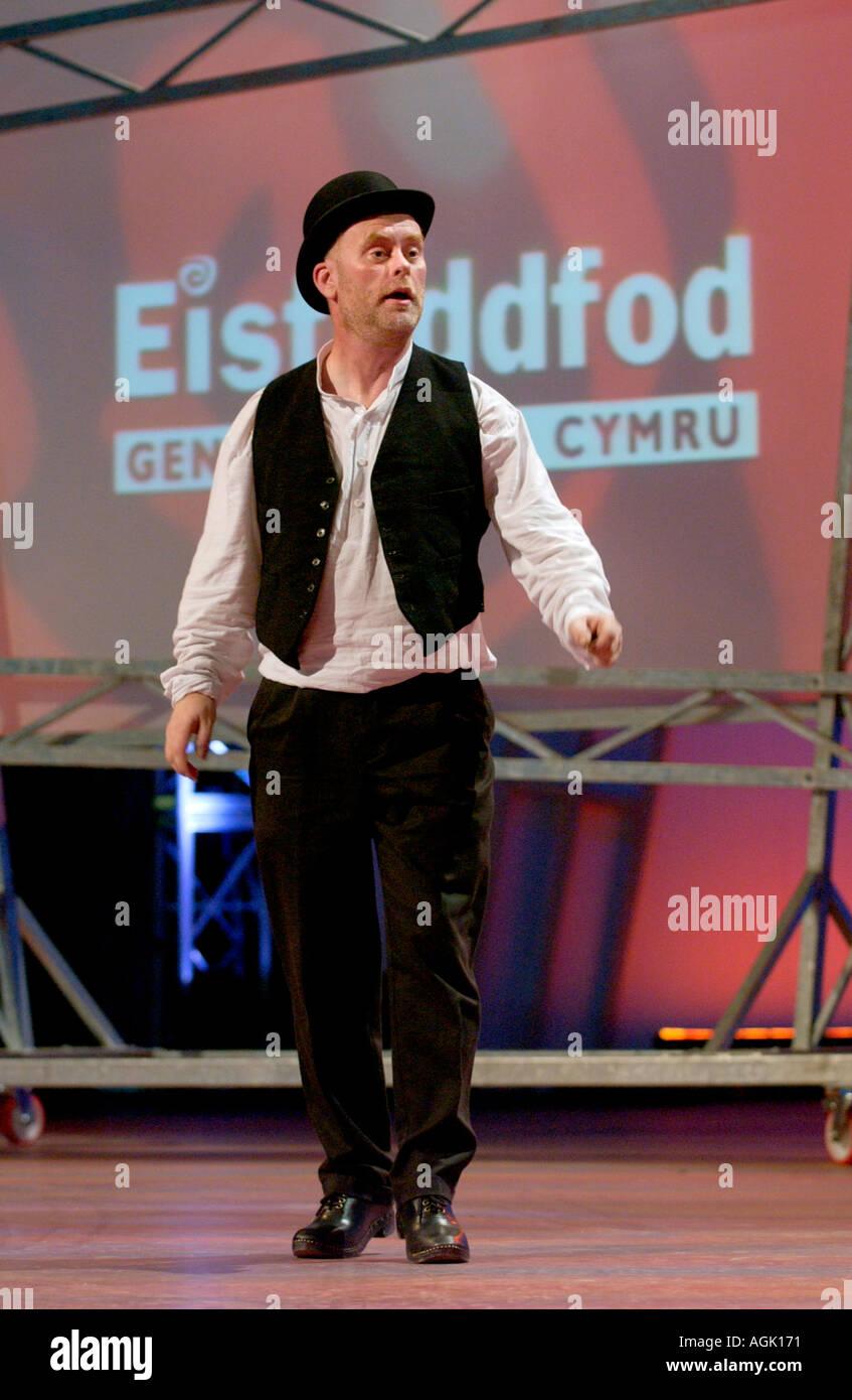 Danses folkloriques traditionnelles sur scène lors de l'Eisteddfod National du Pays de Galles festival culturel annuel gallois Banque D'Images