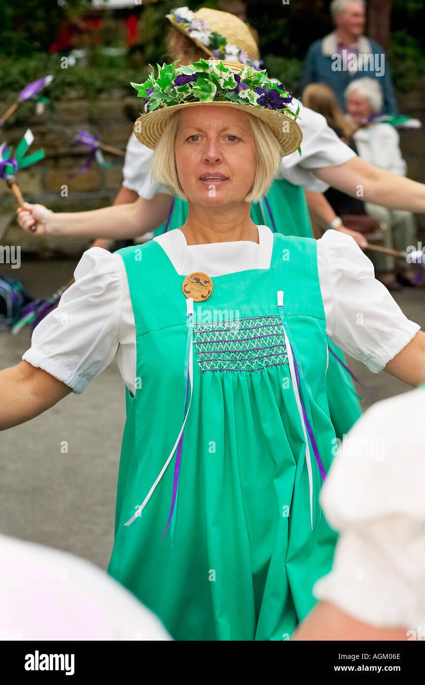 Belles Buttercross Morris Morris danseurs danser à une fête folklorique, dans le Yorkshire, England UK Photo Stock