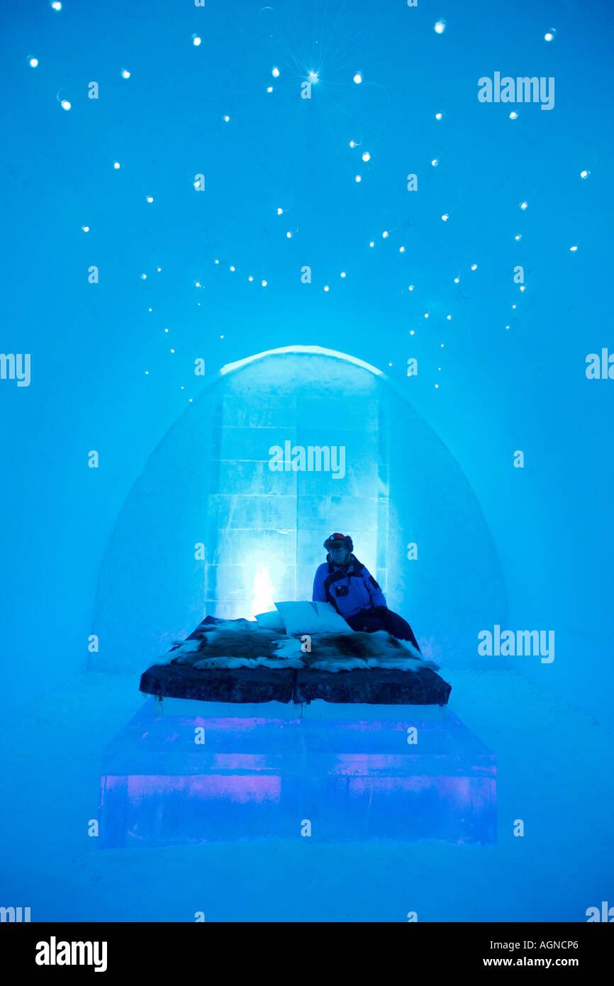 Une personne dans une chambre à l'hôtel de glace Jukkasjarvi Suède Photo Stock