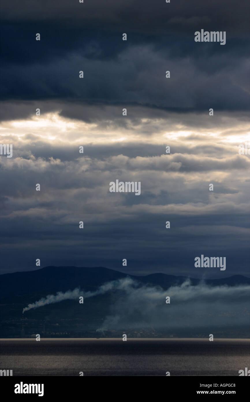 Lever tôt le matin spectaculaire avec les rayons du soleil et de la fumée blanche à partir de la cheminée Photo Stock