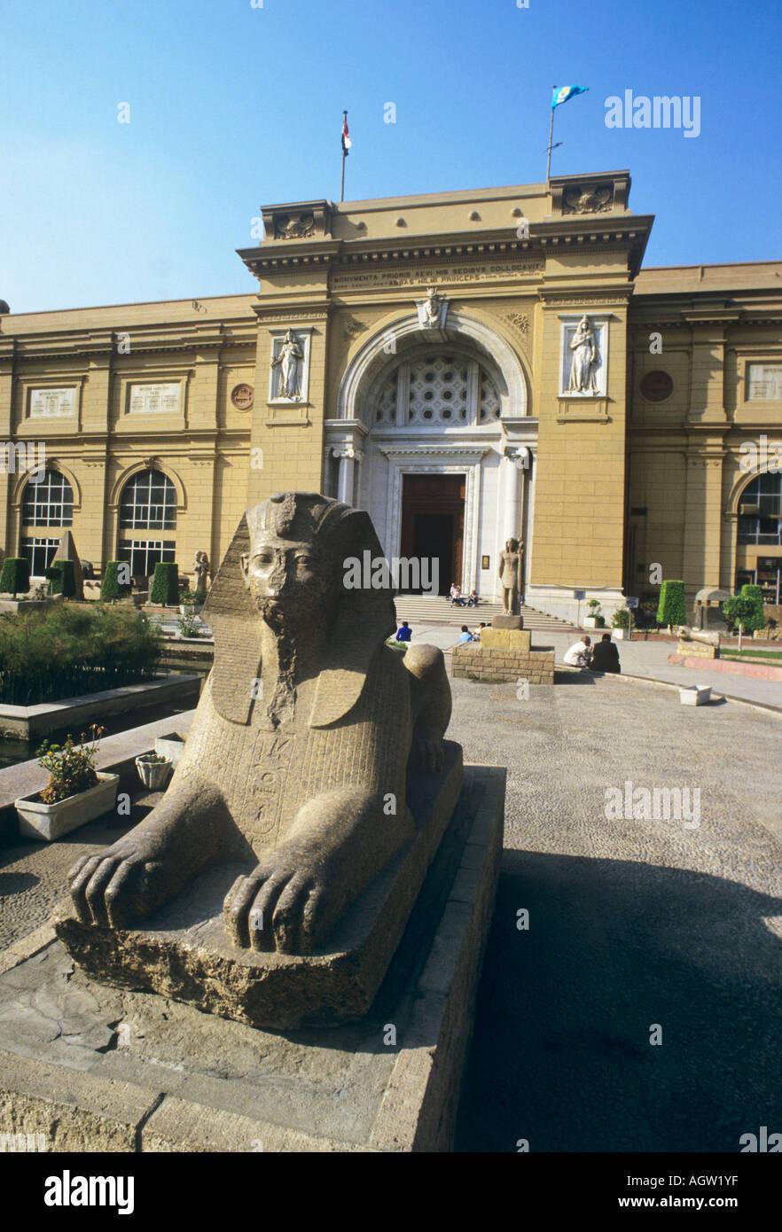 L'Égypte, l'entrée au Musée du Caire, trésor de l'Antiquité européenne, inc le masque de Tutankamun, gardée par un sphinx. Photo Stock