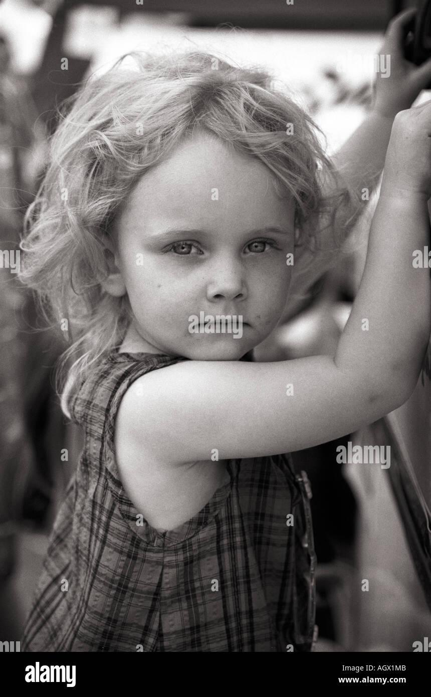 Little girl holding sur le bord d'un ice cream - remorque en attente. Photo Stock