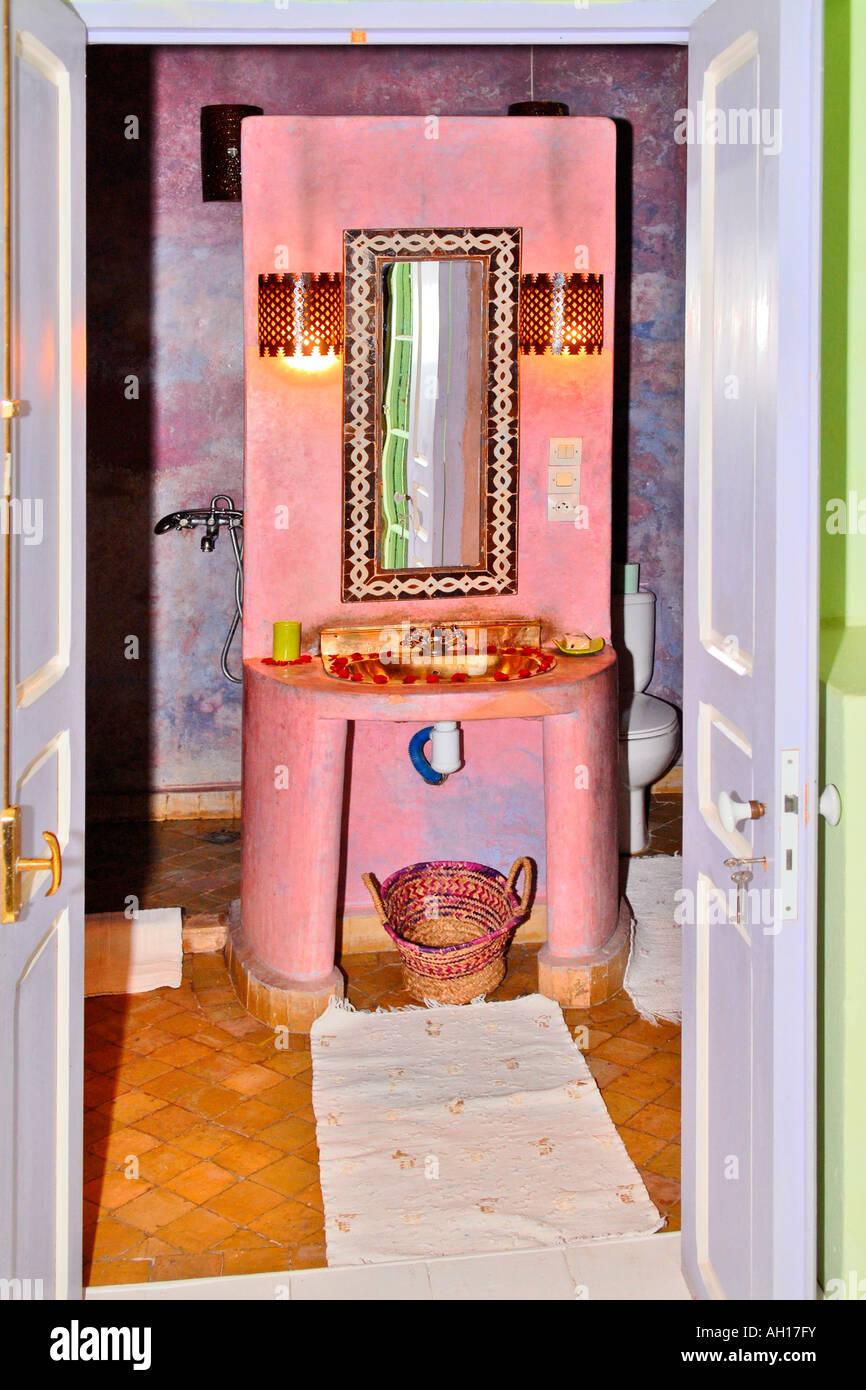 maroc essaouira riad el madina hotel hippie de lintrieur de couleur rose typiquement africaine hors du lavabo chambre verte
