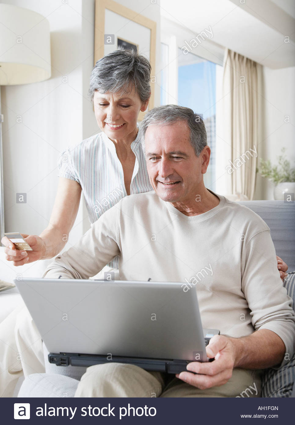 Un couple shopping online Photo Stock